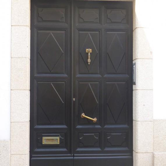 Puerta de entrada madera de teka lacada