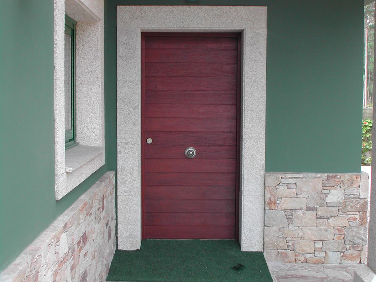 Puerta de entrada madera ipe puertas coru a vetta grupo for Puertas de entrada de madera baratas