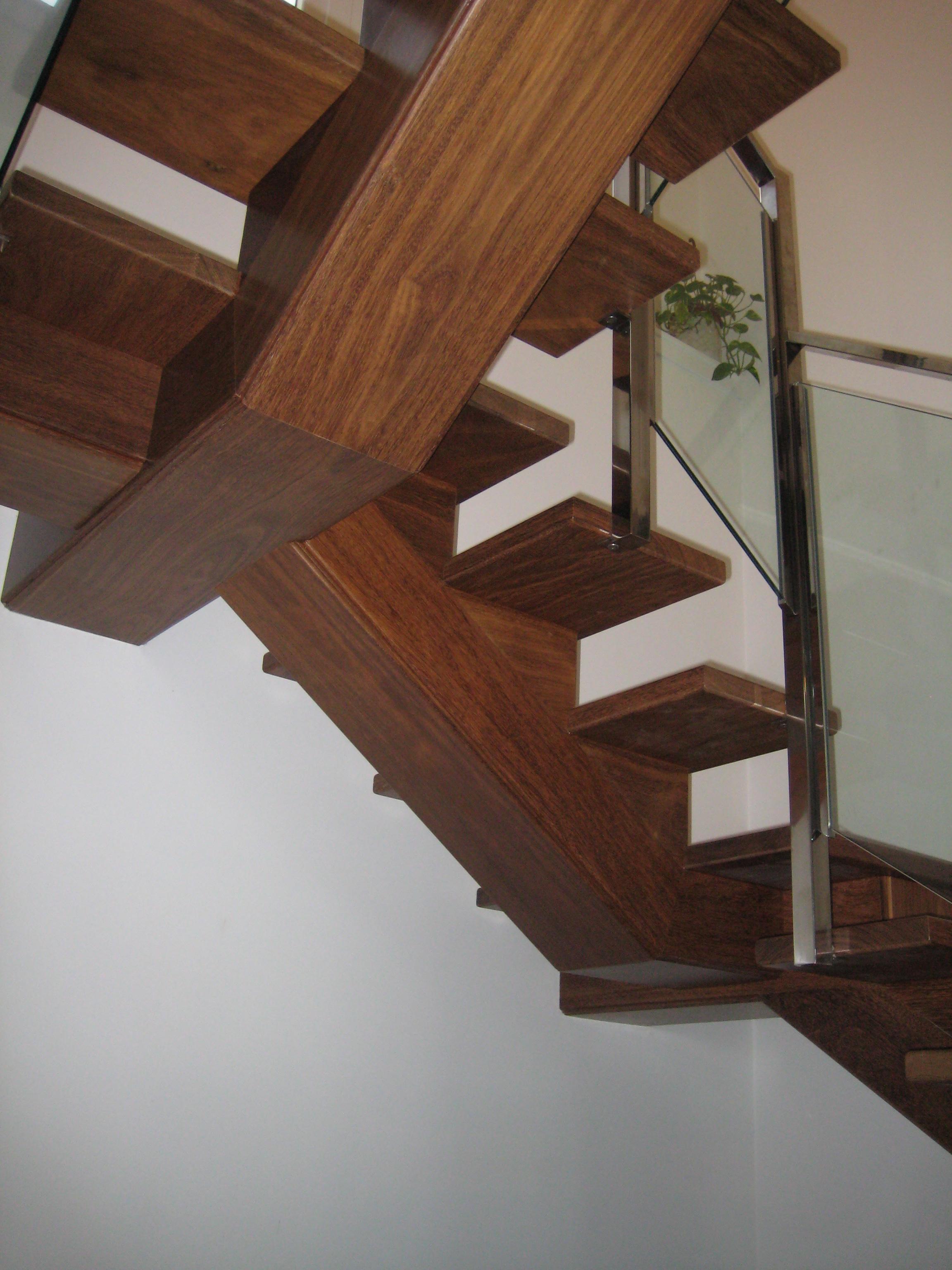 Escalera madera zanca central vettagrupo for Escalera de madera para entrepiso