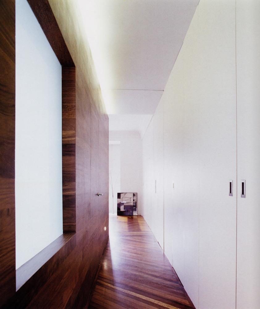 Armario lacado blanco y panelado en madera sucupira