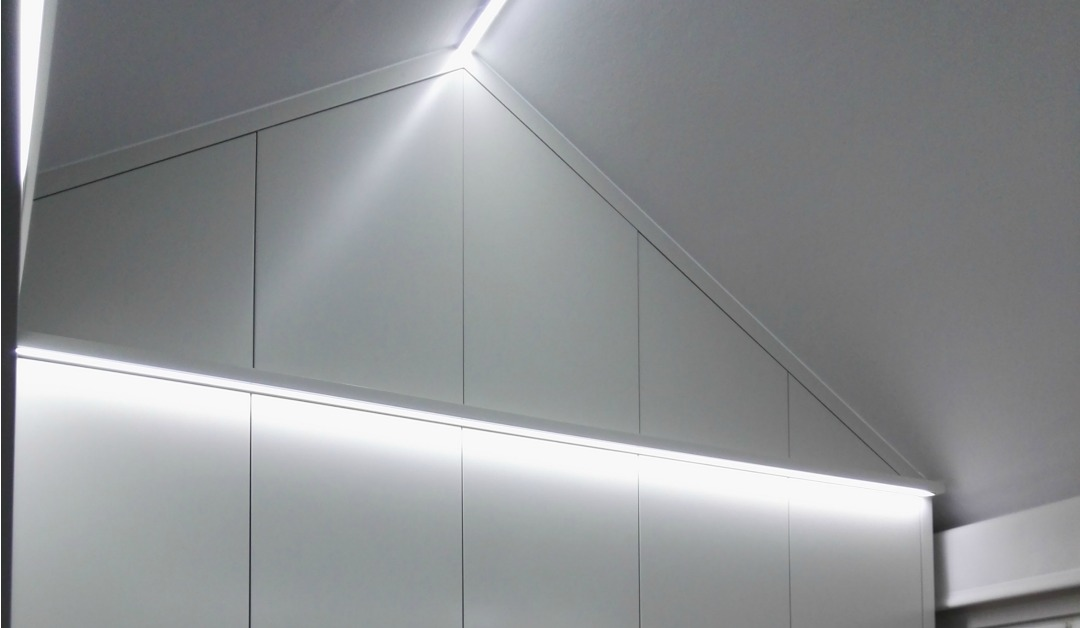 Armarios bajo techo inclinado vetta grupo carpinter a - Iluminacion techos bajos ...