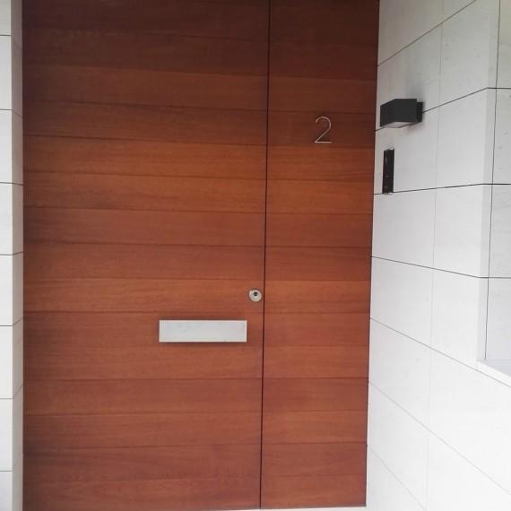 Puerta de entrada en madera de Iroko