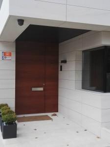 puerta de entrada enrasada con la pared