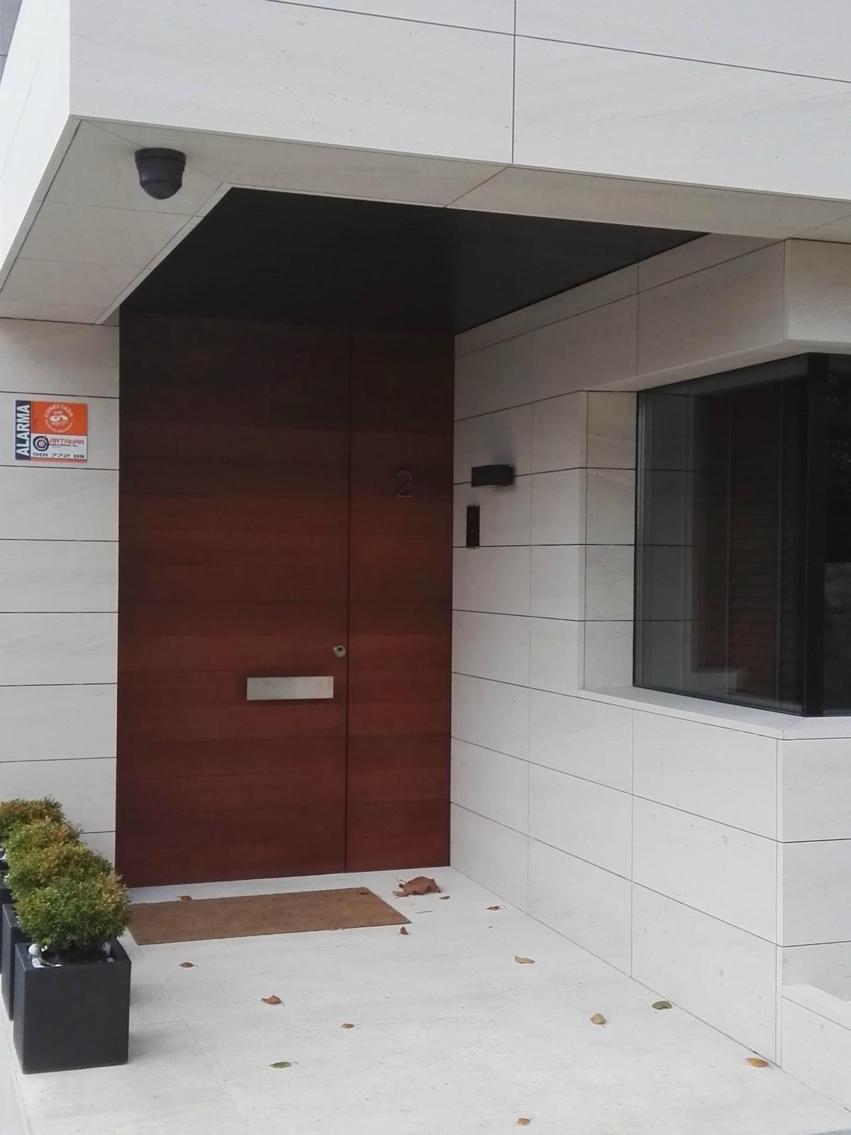 Puerta de entrada madera gallery of doble cerradura de for Doble puerta entrada casa