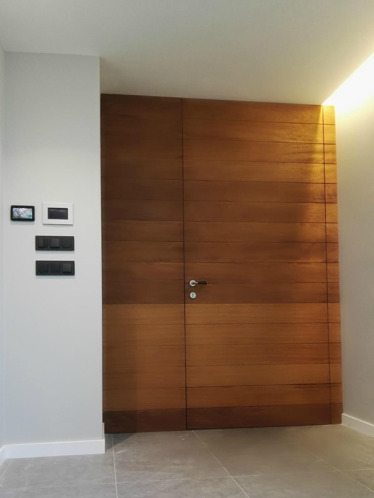 Puerta de entrada en madera puertas coru a vetta grupo for Puertas de madera habitaciones
