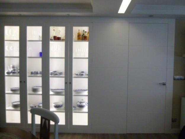 Mueble a medida con vitrinas integradas en la pared