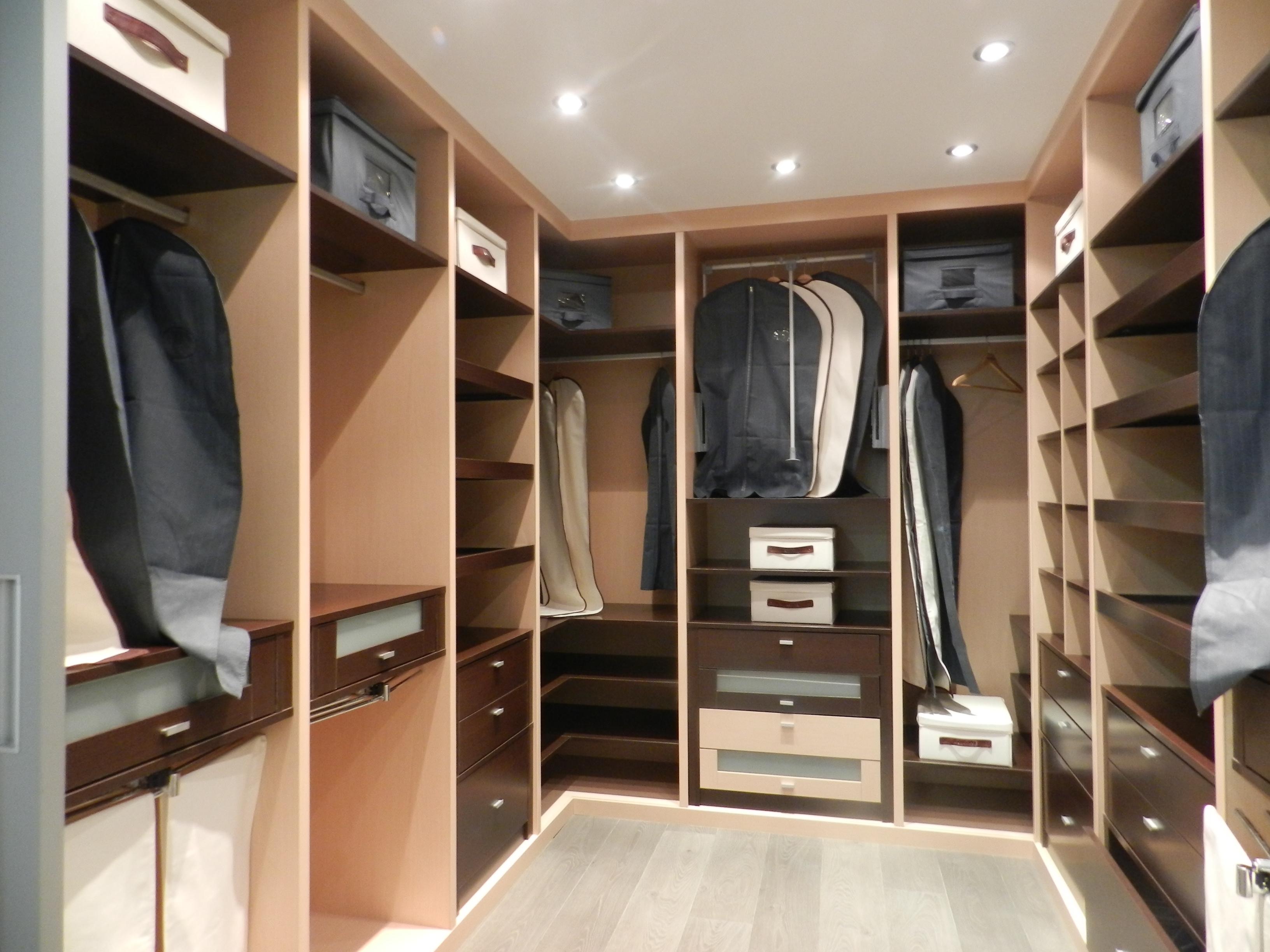 Vestidor abierto en wengue y haya vetta grupo carpinter a for Banos modernos con walking closet