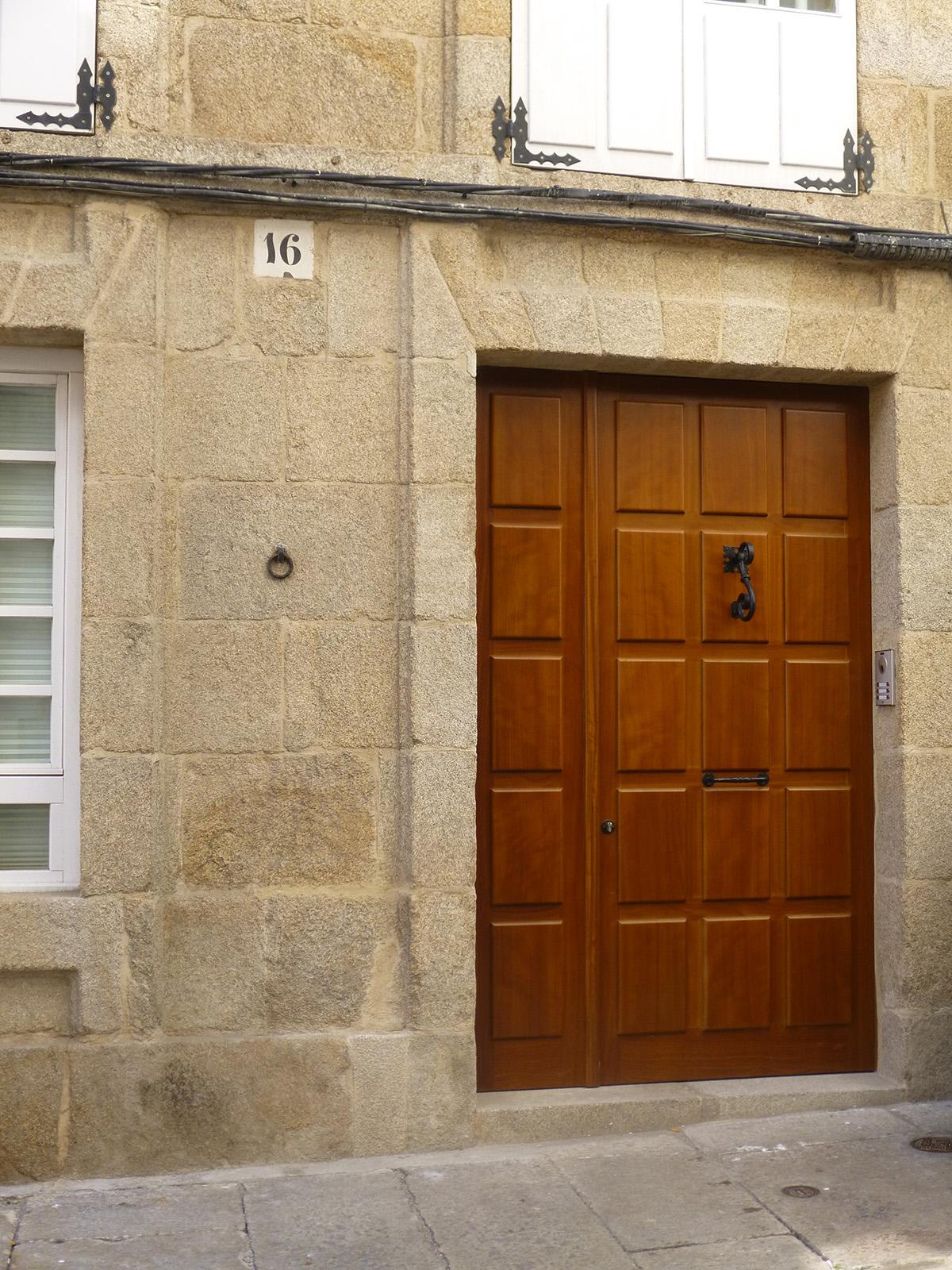 Puerta de entrada en madera puertas coru a vetta grupo for Puertas en madera para exteriores