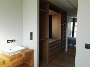 Armario-vestidor en pasillo de acceso al dormitorio