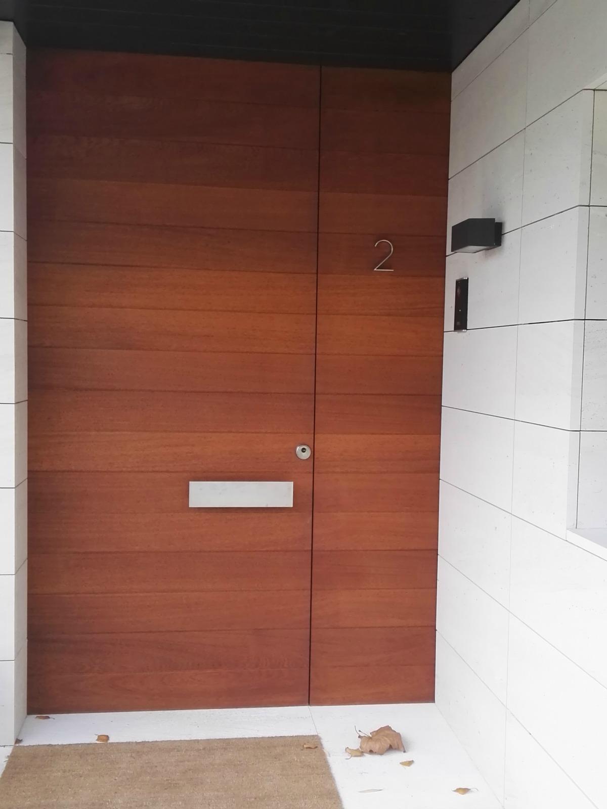 Puerta de entrada en madera puertas coru a vetta grupo for Precios de puertas de madera entrada principal